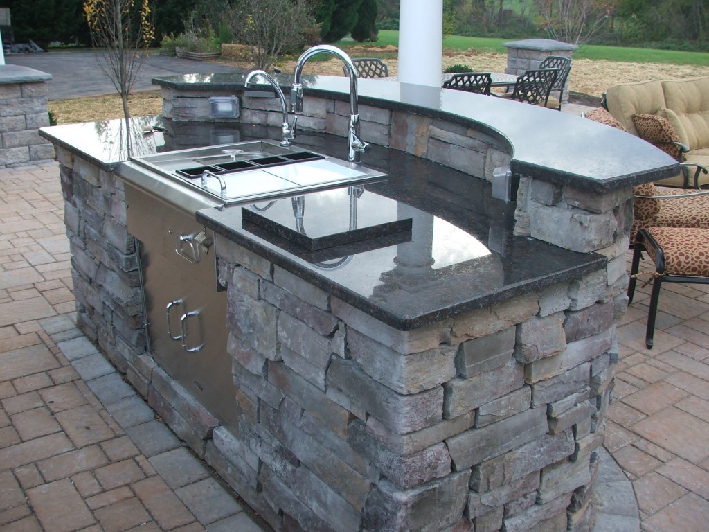 Extend your living space with an outdoor kitchen - Plan de travail exterieur pour barbecue ...